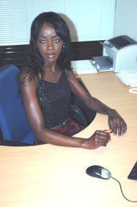 Не голая, но сексуальная африканская секретарша - фото #4