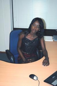 Не голая, но сексуальная африканская секретарша - фото #6