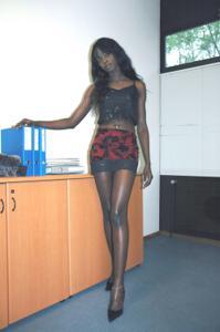 Не голая, но сексуальная африканская секретарша - фото #7