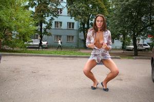 Симпатичная деваха гуляет без трусиков по городу - фото #11