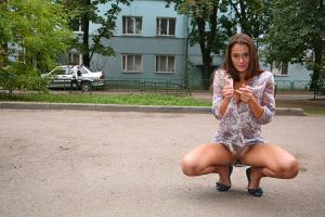 Симпатичная деваха гуляет без трусиков по городу - фото #14