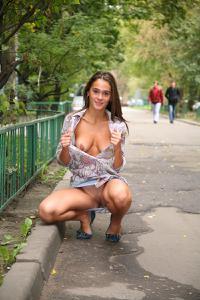 Симпатичная деваха гуляет без трусиков по городу - фото #18