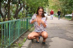 Симпатичная деваха гуляет без трусиков по городу - фото #20