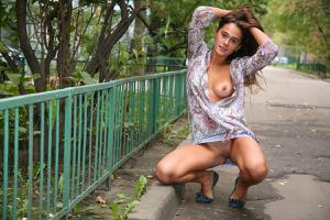 Симпатичная деваха гуляет без трусиков по городу - фото #22