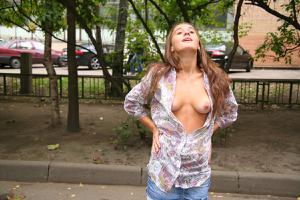 Симпатичная деваха гуляет без трусиков по городу - фото #31
