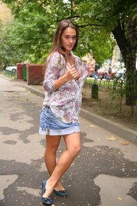Симпатичная деваха гуляет без трусиков по городу - фото #43