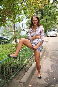 Симпатичная деваха гуляет без трусиков по городу - фото #44