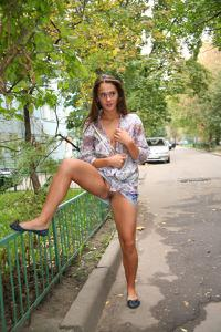 Симпатичная деваха гуляет без трусиков по городу - фото #46