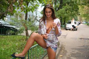 Симпатичная деваха гуляет без трусиков по городу - фото #49