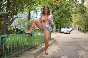 Симпатичная деваха гуляет без трусиков по городу - фото #52