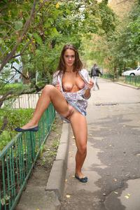 Симпатичная деваха гуляет без трусиков по городу - фото #56