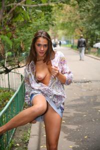Симпатичная деваха гуляет без трусиков по городу - фото #59