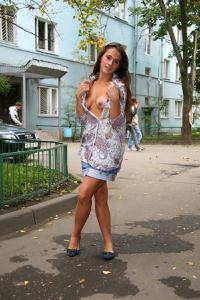 Симпатичная деваха гуляет без трусиков по городу - фото #63