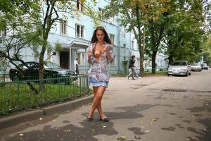 Симпатичная деваха гуляет без трусиков по городу - фото #64