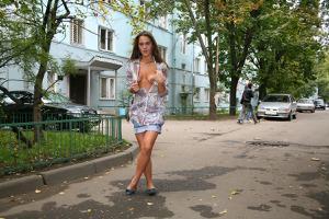 Симпатичная деваха гуляет без трусиков по городу - фото #66