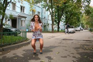 Симпатичная деваха гуляет без трусиков по городу - фото #67