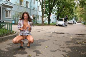 Симпатичная деваха гуляет без трусиков по городу - фото #68