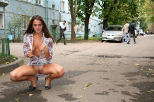 Симпатичная деваха гуляет без трусиков по городу - фото #69