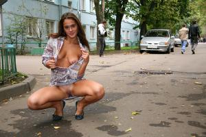 Симпатичная деваха гуляет без трусиков по городу - фото #70