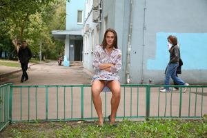 Симпатичная деваха гуляет без трусиков по городу - фото #71