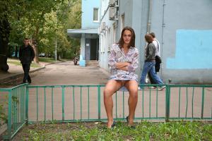 Симпатичная деваха гуляет без трусиков по городу - фото #72