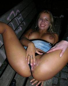 Выебанная сучка в парке на скамейке - фото #6