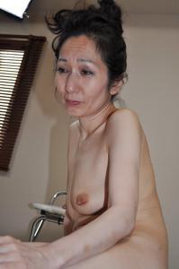 Мужчина разглядывает волосатую пизду тощей азиатки - фото #3