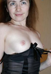 Худая женушка позирует и делает минет - фото #14