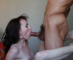 Худая женушка позирует и делает минет - фото #17