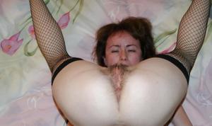 Худая женушка позирует и делает минет - фото #8