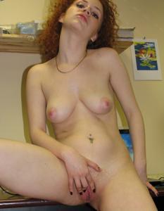 Рыжая девушка на работе сходит с ума со скуки - фото #11