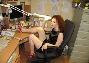 Рыжая девушка на работе сходит с ума со скуки - фото #12