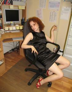 Рыжая девушка на работе сходит с ума со скуки - фото #13