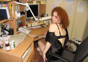 Рыжая девушка на работе сходит с ума со скуки - фото #15