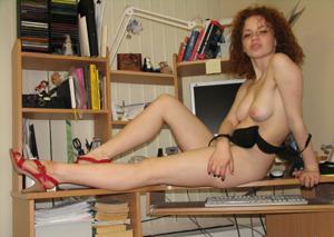 Рыжая девушка на работе сходит с ума со скуки - фото #17