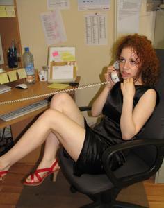 Рыжая девушка на работе сходит с ума со скуки - фото #20