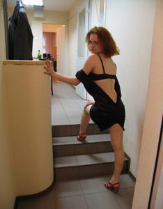 Рыжая девушка на работе сходит с ума со скуки - фото #22