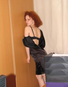 Рыжая девушка на работе сходит с ума со скуки - фото #23