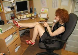 Рыжая девушка на работе сходит с ума со скуки - фото #25