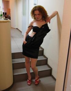 Рыжая девушка на работе сходит с ума со скуки - фото #26