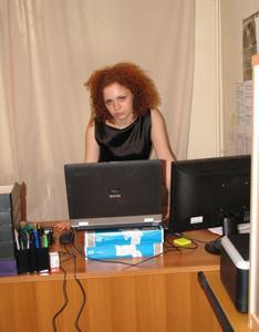 Рыжая девушка на работе сходит с ума со скуки - фото #29