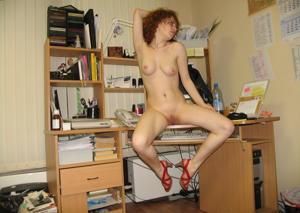 Рыжая девушка на работе сходит с ума со скуки - фото #30