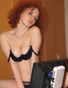 Рыжая девушка на работе сходит с ума со скуки - фото #35