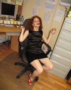 Рыжая девушка на работе сходит с ума со скуки - фото #36