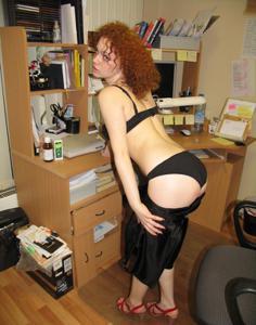 Рыжая девушка на работе сходит с ума со скуки - фото #4