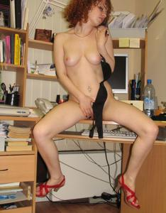 Рыжая девушка на работе сходит с ума со скуки - фото #40