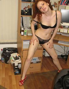 Рыжая девушка на работе сходит с ума со скуки - фото #41