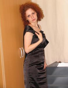 Рыжая девушка на работе сходит с ума со скуки - фото #42