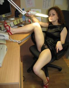 Рыжая девушка на работе сходит с ума со скуки - фото #43