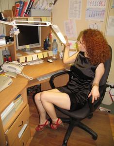 Рыжая девушка на работе сходит с ума со скуки - фото #45